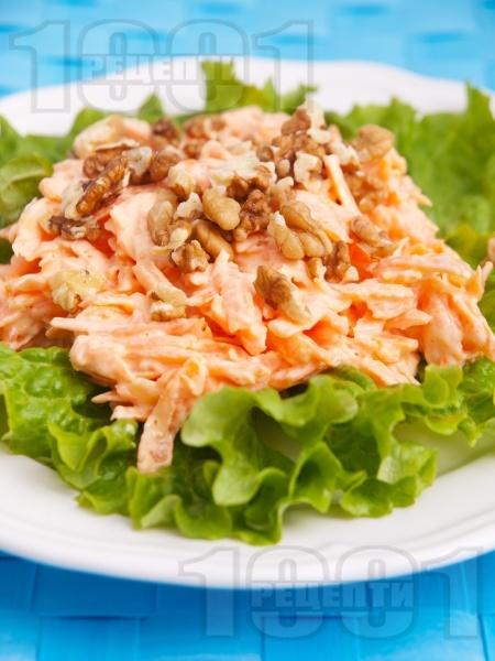 Салата от моркови, чесън, орехи и майонеза - снимка на рецептата